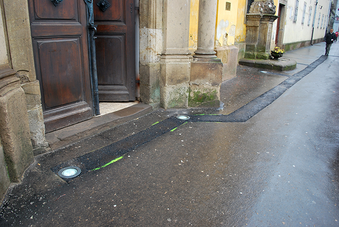 Járdába süllyesztett lámpák a ferences templomnál