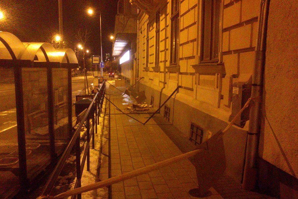 Erkélytartó omlott a Színház buszmegállóban